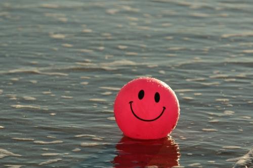 Ballon rouge sur l'eau, tout sourire