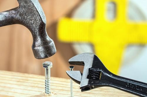 Le marteau... inadapté pour serrer une vis
