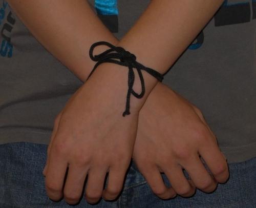 Mains croisées, liées