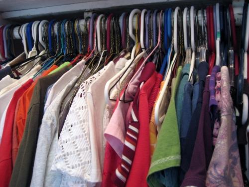 Penderie pleine de vêtements colorés