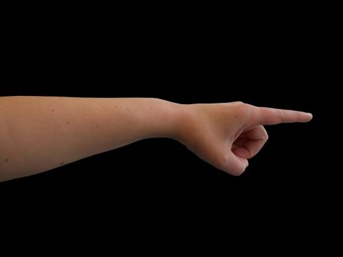 Une main qui pointe du doigt